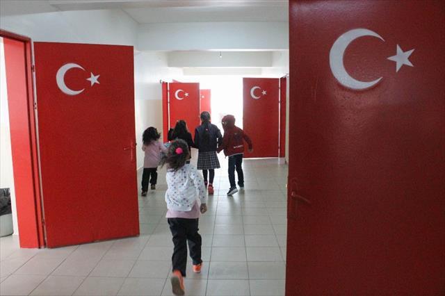 Tüm kapılara Türk bayrağı resmedildi