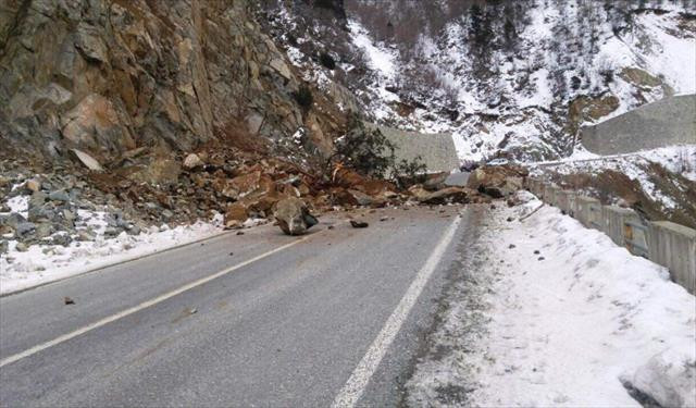 Kaya düşen yol trafiğe kapandı