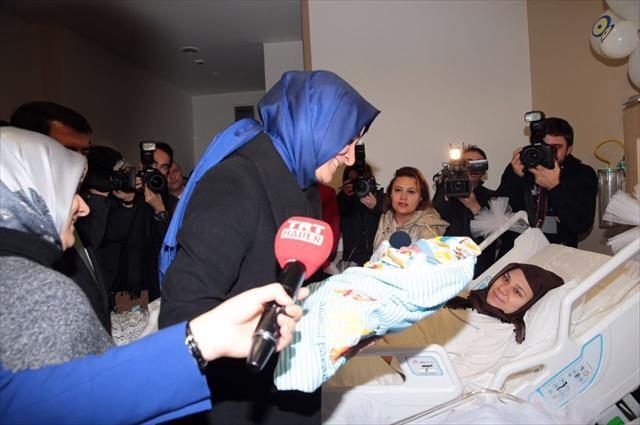 Bakan Kaya yılın ilk bebeğini ziyaret etti