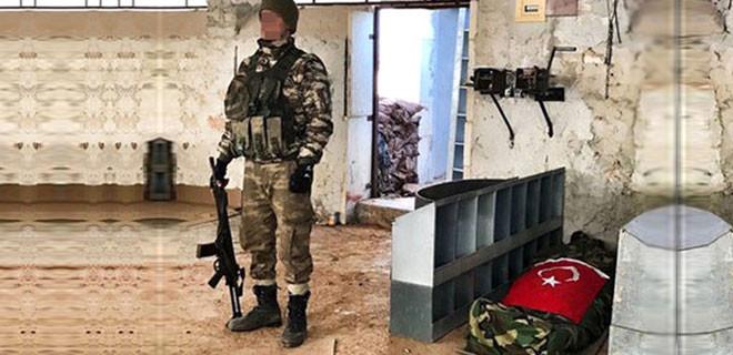 Silah arkadaşları, El Bab şehidinin başında çatışmanın ortasında nöbet tuttular