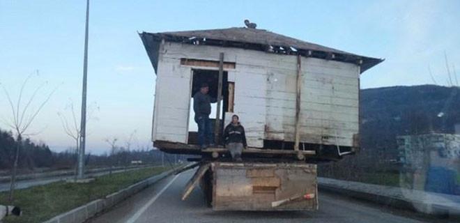 Evini söküp kamyonla taşıdı...