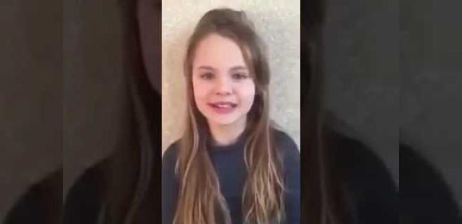 Kuran'dan sureler okuyan Ukraynalı küçük kız