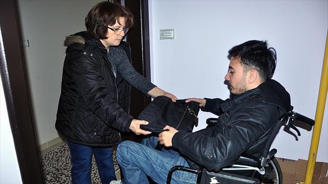 Fedakar anne engelli oğlu için direksiyon sallıyor