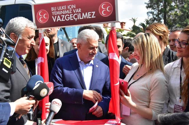 Başbakan MHP'nin 'evet' standını ziyaret etti