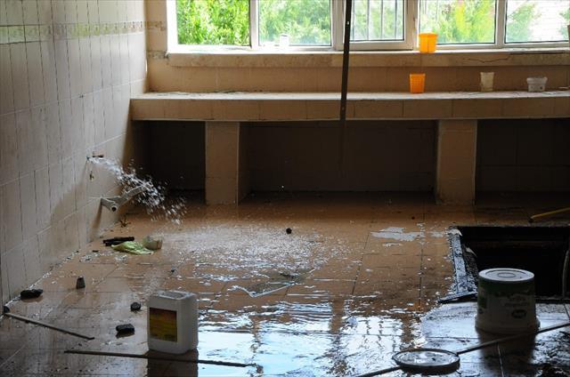 Eski okul binası hırsızlarca talan edildi