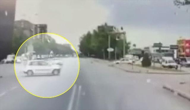 Kırmızı ışıkta meydana gelen kaza kamerada