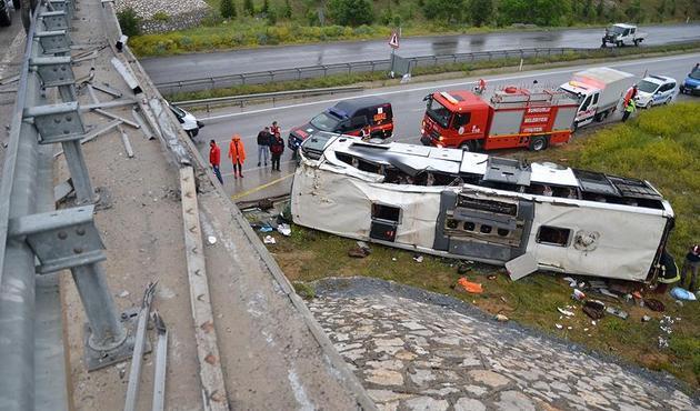 Yolcu otobüsü üst geçitten düştü