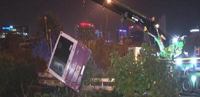 İstanbul'da belediye otobüsü devrildi!