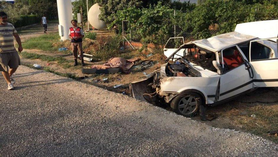 Hastaneye giderken elektrik direğine çarptılar: 2 ölü, 3 yaralı