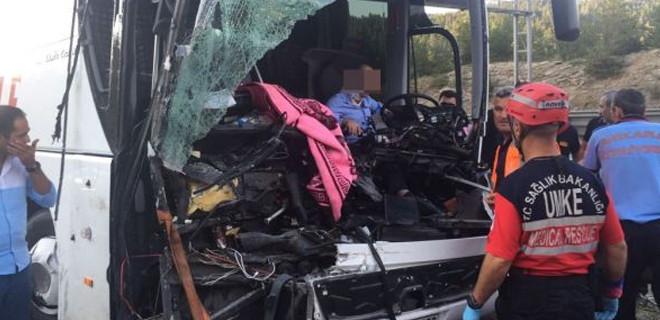 Bolu'da yolcu otobüsü kamyona çarptı