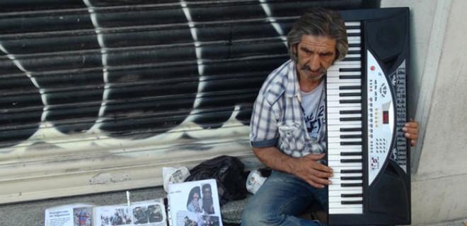 Beyoğlu sokaklarında yaşam mücadalesi veriyor!