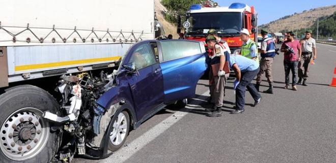 Ankara'da otomobil, park halindeki TIR'a çarptı: 5 kişi hayatını kaybetti
