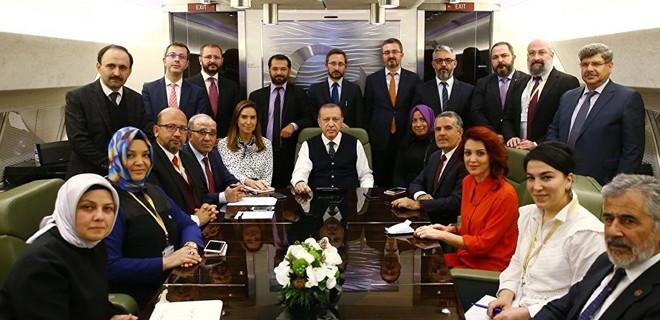 Başkan Erdoğan uçakta gazeteciler ile ilgili görsel sonucu