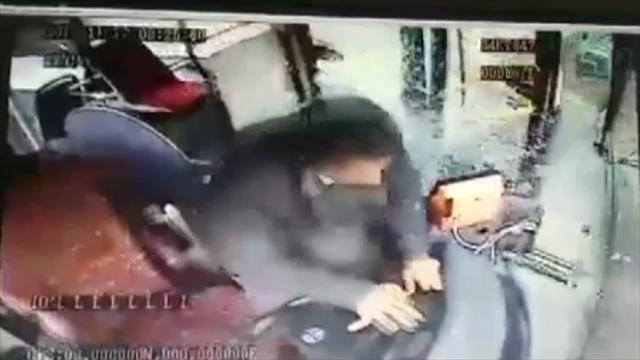 Freni boşalan otobüsün kaza anı kamerada