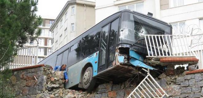 Otobüs okulun duvarına girdi