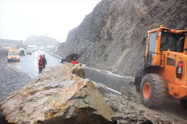 Dev kaya parçaları yolu kapattı