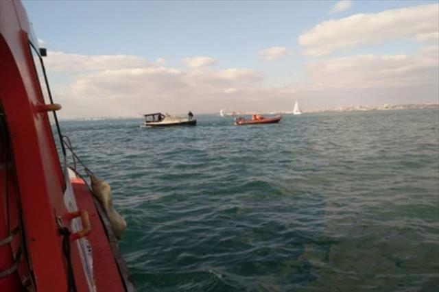 Kadıköy'de kayalıklara çarpan tekne batma tehlikesi geçirdi