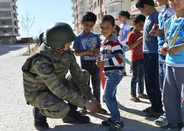 Mehmetçik'in 'çocuk' hassasiyeti