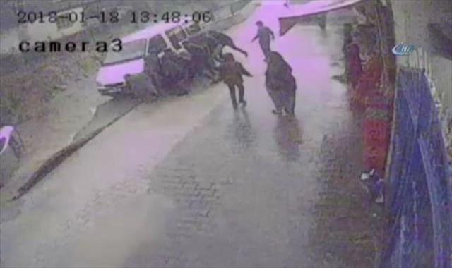 Araçlar çöken yoldan dereye düştü