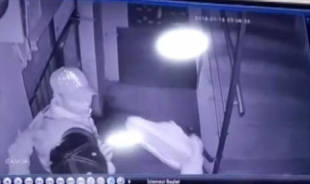 Seçici hırsızlar ayakkabıları çalmadan önce denediler