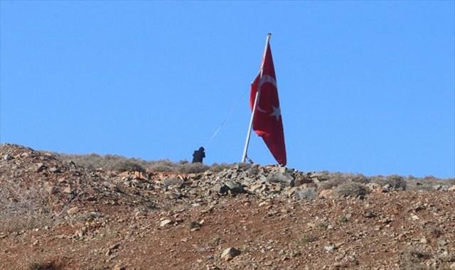 Afrin sınırına dev Türk bayrağı