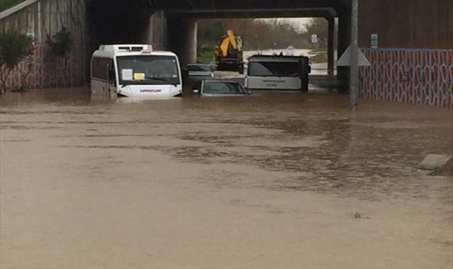 Su içinde kalan araçlar kurtarılmayı bekliyor