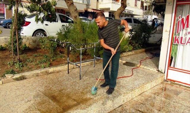 Vatandaşlar toz bulutunun bıraktığı izleri silmeye çalışıyor