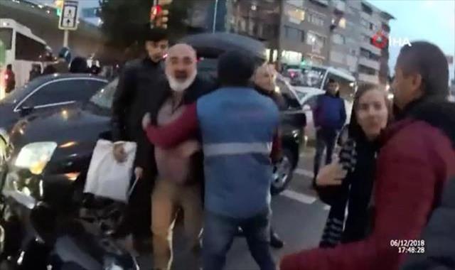 Motosikletli şahsa coplu saldırı kamerada