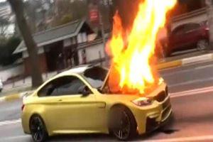 Sarıyer'de lüks otomobil alev alev yandı