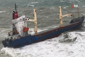 Şile'de şiddetli fırtına! Gemi karaya oturdu...