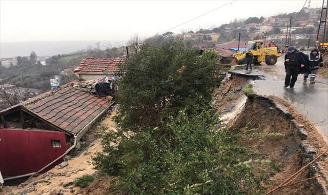 Sarıyer'de yol ve istinat duvarı çöktü, yol trafiğe kapandı