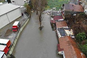 İstanbul'da fırtına! Dereler taştı!