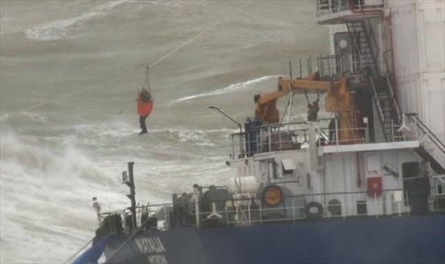 Karaya oturan geminin mürettebatı kurtarılıyor