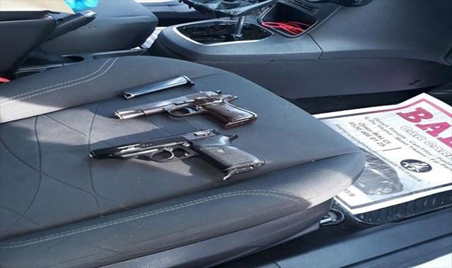 Otomobilin vites kolu boşluğundan 2 tabanca çıktı