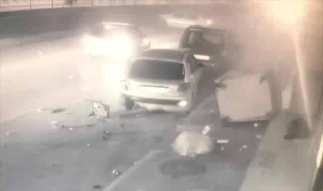 Kontrolden çıkan otomobil yayaya ve 3 araca çarptı
