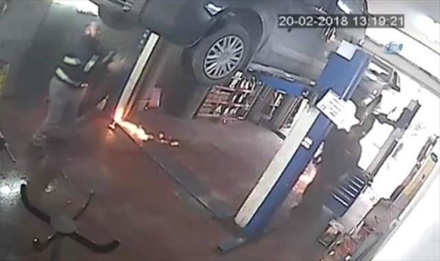 Oto tamircisinin yanmaktan son anda kurtulduğu anlar kamerada