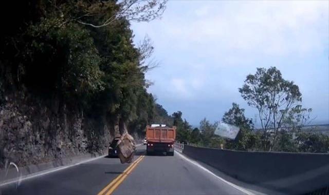Dağdan kopan kaya yola böyle düştü