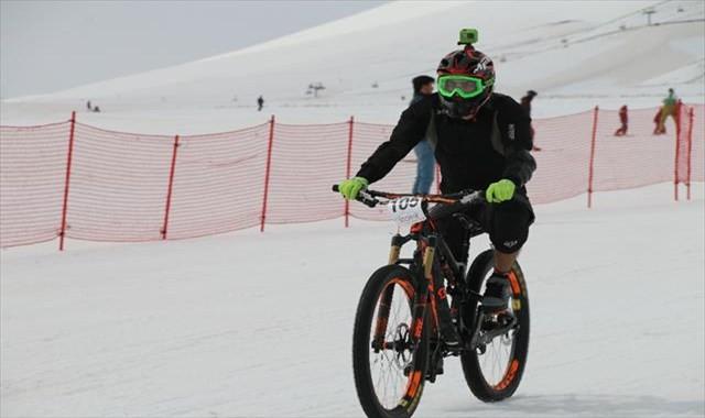 Bisiklet tutkunları kara meydan okudu