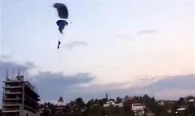 Paraşütler havada çarpıştı !