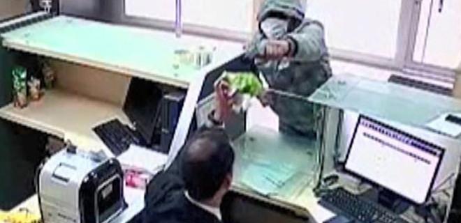 PTT şubesinde memur direndi, soyguncu kaçtı!