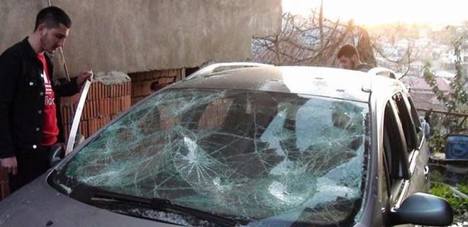 Aracını çekiçle parçaladı