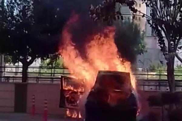 Adana'da bir araç cayır cayır yandı 2.resim