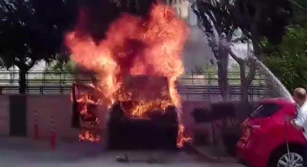 Adana'da bir araç cayır cayır yandı 3.resim