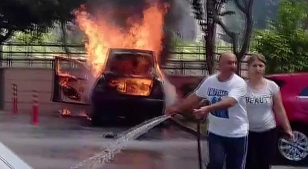 Adana'da bir araç cayır cayır yandı 4.resim