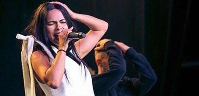 Inna İstanbul konserinde sahneden düştü