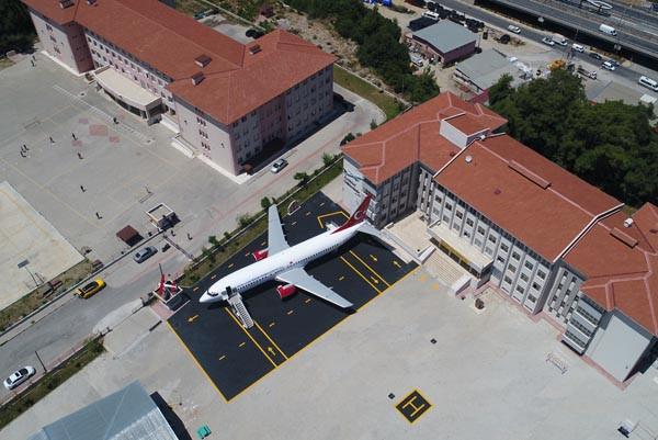 Lise bahçesindeki 'yolcu uçağı' gören donup kalıyor 1.resim
