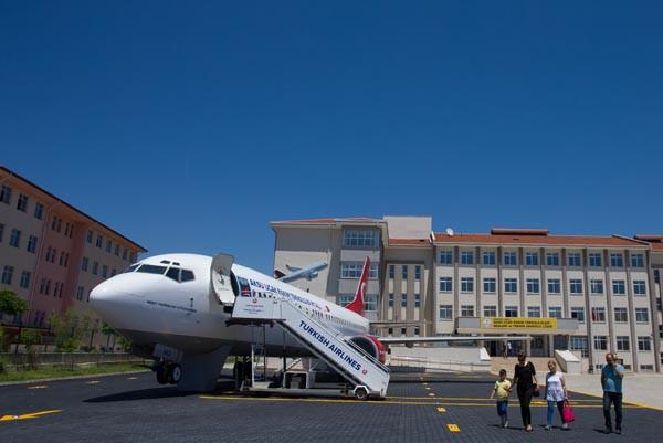 Lise bahçesindeki 'yolcu uçağı' gören donup kalıyor 2.resim