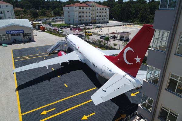Lise bahçesindeki 'yolcu uçağı' gören donup kalıyor 3.resim
