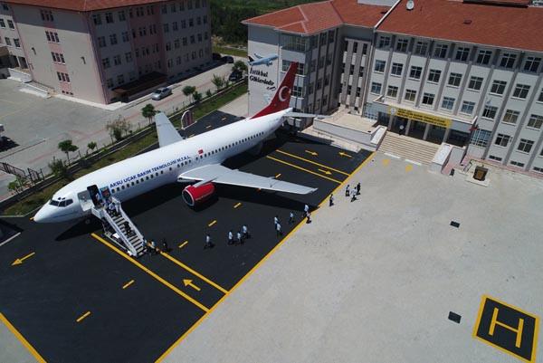 Lise bahçesindeki 'yolcu uçağı' gören donup kalıyor 4.resim