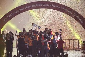 Galatasaray kupayı kaldırdı